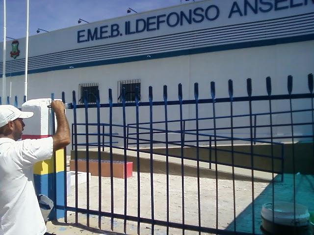 Pintores dão ultimos acabamentos nas grades de segurança do Colergio Ildefonso Anselmo da Silva