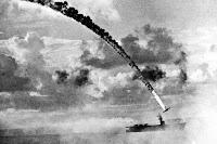 Bir kamikaze pilotunun yanan uçağıyla bir sava gemisine dalışını gösteren eski bir fotoğraf