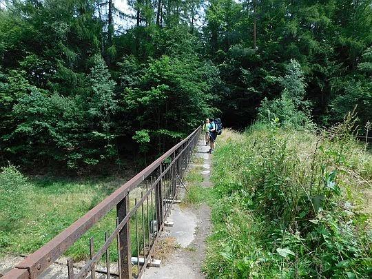 Most nad torami kolejowymi.