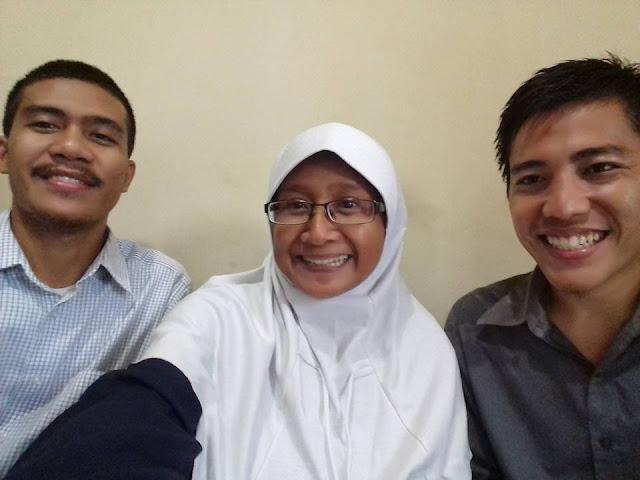 Foto Bertiga dengan Dosen Saya Ibu Pramudiyanti