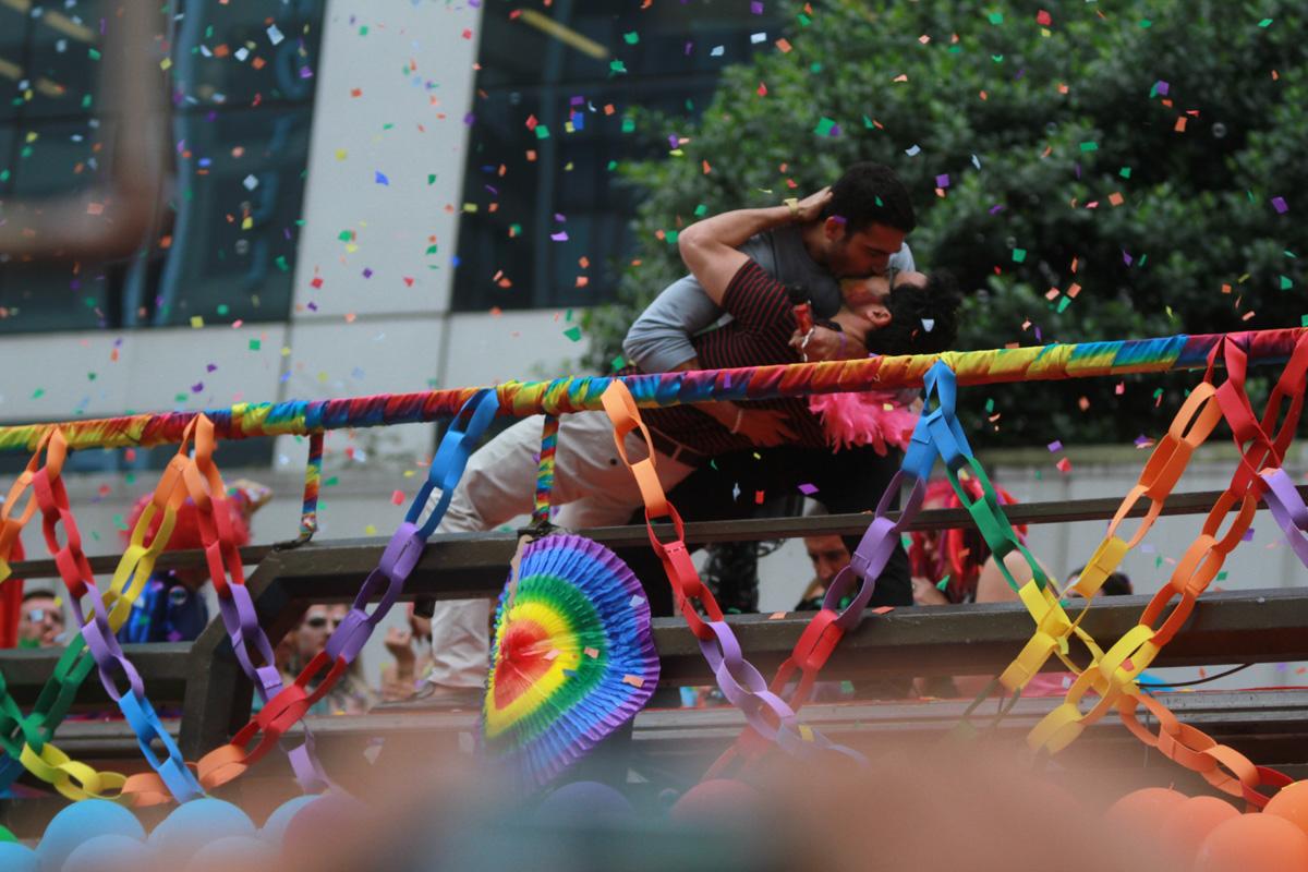 Elenco de 'Sense8' roda cenas da série na Parada LGBT; veja fotos e vídeos