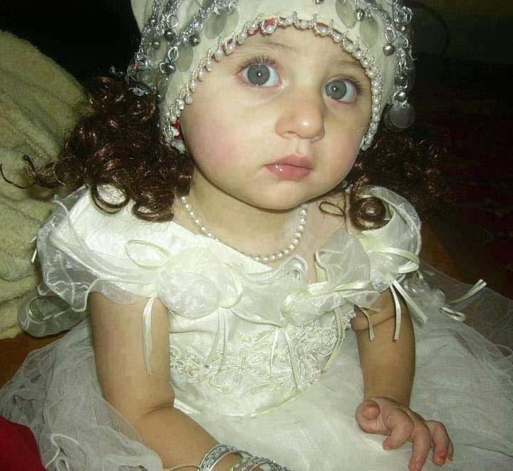 çok sevimli sevimli kız bebek resmi