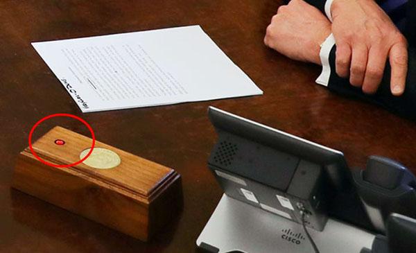 تعرف على سر الزر الأحمر على مكتب ترامب لن تصدق ما هي فائدته وفيما يستخدمه ترامب !