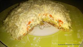 слоеный салат с сайрой и горошком