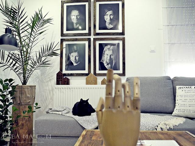 aranżacje wnętrz, baba ma dom, czarny, design, DIY, do it yourself, drewno,  inspiracje, plakat, poducha, projekt, rama, ramka, salon, stare, wnętrza, zdjęcie, zrób to sam,