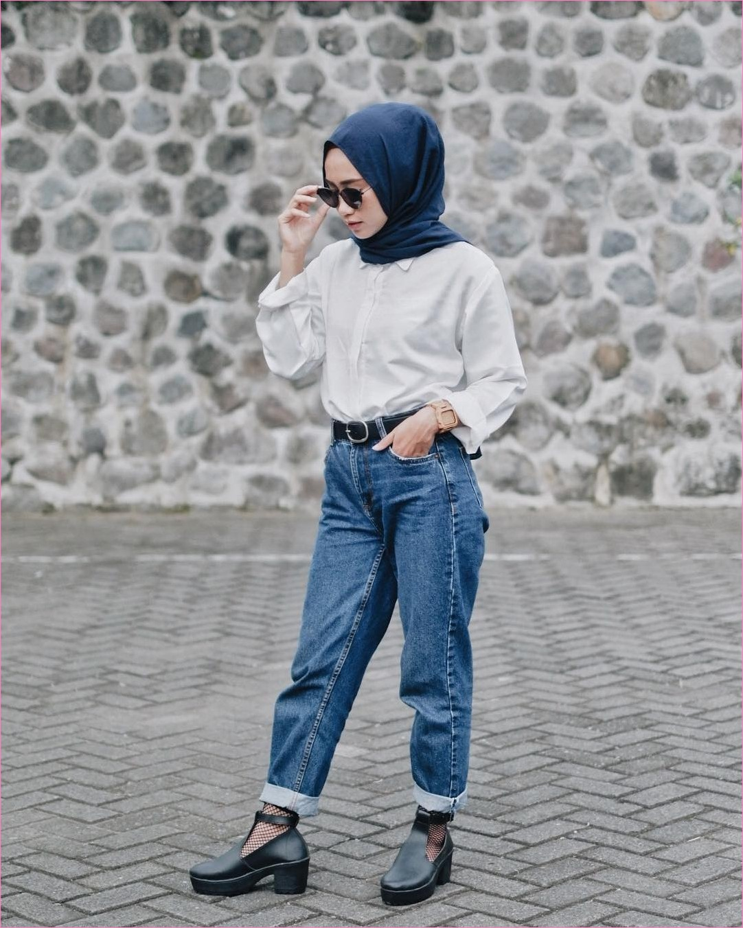 Outfit Celana Jeans Untuk Hijabers Ala Selebgram 2018 blouse kemeja putih hijab pashmina diamond biru dongker pants jeans denim ciput flatshoes heel hitam jam tangan krem kacamata bulat ootd trendy