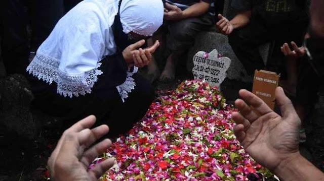 Warga Berdesakan Di Pemakaman Freddy Budiman Di Surabaya