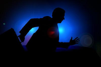 """Orang yang bermalas-malas dalam pekerjaanya sudah menjadu saudara dari si perusak.Amsal 18:9    Jahat Karena Malas Topik Referensi.Dalam dongeng Aesop,Dikisahkan ada seorang kaya yang karena takut emasnya di curi maka ia lalu mengubur Emas-emas itu di halaman rumahnya.Namun saat ia mengubur emas-emas itu,ia tidak sadar ada seorang yang memerhatikanya.Beberapa waktu kemudian,orang itu pun menyelinap ke halaman rumah orang kaya itu lalu menggali tanah tempat emas itu di simpan dan mencurinya.  Pagi harinya,ketika si orang kaya hendak me-meriksa emas-emasnya,ia hanya bisa lemas saat menggali dan mendapati emas-emasnya itu sudah tidak ada lagi.  Ia menangis ter sedu-sedu hingga tetangganya mendengar dan bertanya.Ketika di jelaskan,si tetangga lalu berkata,""""Jika emas-emas itu memang hanya mau kau simpan di dalam tanah,mengapa tidak mengambil saja batu-batu lalu menganggap itu sebagai emas.Toh,kamu hanya menguburnya di tanah?"""".  Mirip dengan kisah Aesop,perumpamaan tentang talenta juga memberi gambaran betapa konyolnya tindakan hamba yang hanya menguburkan talenta yang ia pegang itu.Maka tepatlah bahwa si tuan menyebut hamba itu jahat dan malas.Ia malas karena membuat talenta yang nilainya sangat besar itu tidak ubahnya seperti batu yang tak berharga.  Kita bisa melihat hamba itu memang pemalas.Tapi,bagaimana dengan jahat?Apa tidak terlalu berlebihan jika hamba itu di sebut jahat pada hal ia """"hanya malas""""?Tidak.Amsal 18:9 dengan kelas mengatakan """"Orang malas adalah saudara dari perusak.Ya,kemalasan merusak dan itu jahat.  Kemalasan akan merusak masa depan.Kita sering mendengar Narkoba,minuman keras,pornografi,dan lain-lain,merusak masa depan,tapi kemalasan juga sama bahayanya dengan hal-hal itu.Kemalasan juga merusak orang lain.  Jika satu pekerjaan di kerjakan Tim,tapi salah satu anggotanya justru bermalasan,tentunya pekerjaan itu bisa gagal dan kerugian di tanggung semua tim.Bukankah itu jahat?Kemalasan juga lah yang selalu sering  kali membuat orang hanya ingin jalan p"""