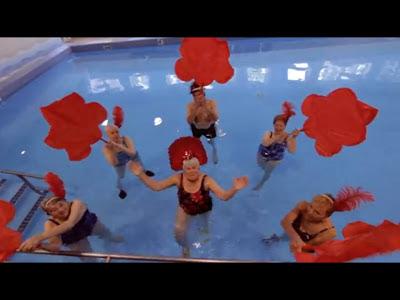 Adultos mayores bailando en una piscina.