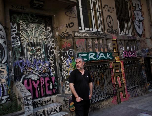 """Tasos Sagris, de 45 anos anos, membro do grupo anarquista grego chamado 'Void Network' e do grupo de teatro auto-organizado Embros, tem estado na frente do ressurgir do ativismo social que tem preenchido o vácuo deixado pela ausência do Estado. """"As pessoas confiam porque não as usamos como consumidores ou eleitores,"""" diz o Sr. Sagris. """"Toda falha do sistema prova que a ideia do anarquismo é verdadeira."""""""