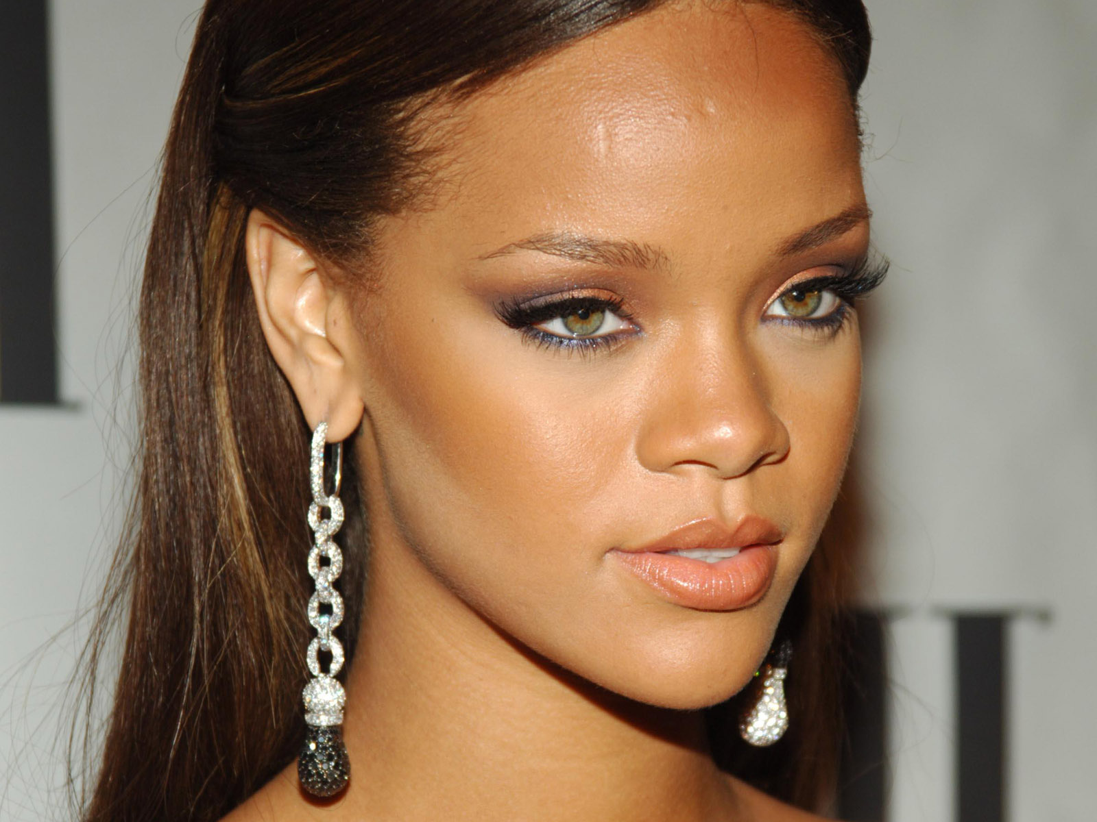 Rihanna: Mettre En Valeur: The Art Of Shaping Eyebrows