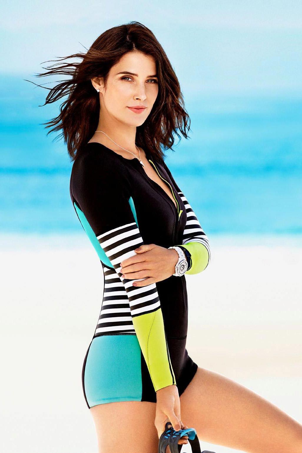 Cobie Smulder seksi dengan bikini di pinggir pantai