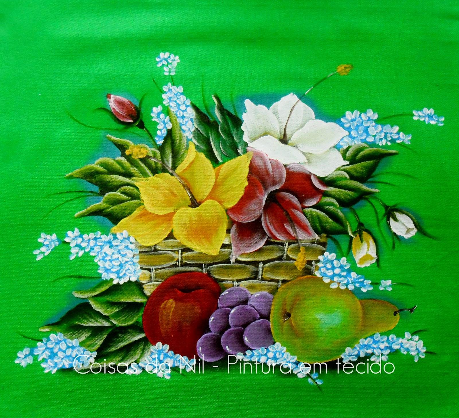 pintura em tecido de cor escura cesta com flores hibisco e frutas