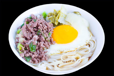 Rice noodles with minced beef, sour cabbage and egg