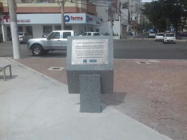 Mais uma vez prefeitura recoloca placa destruída pelos vândalos
