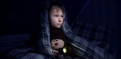 come aiutare i bambini a superare la paura del buio e dormire da soli