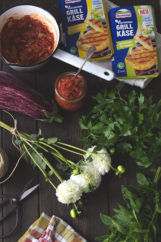 Auberginen-Grillkäse-Päckchen mit Minz-Basilikumpesto und Tomatenchutney. Vegetarisches Grillrezept. Holunderweg18