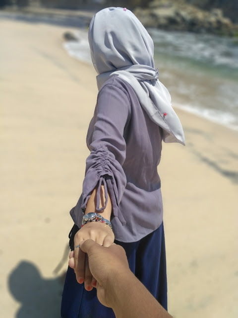 Bergandengan tangan seolah kamu diajakak ke suatu tempat oleh pasangan wanitamu.