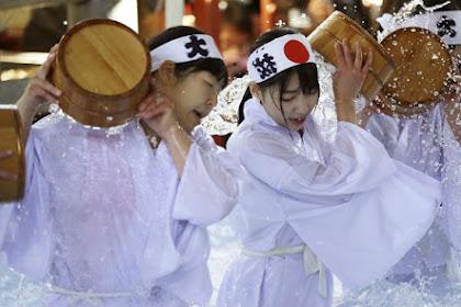 Melihat Dinginnya Ritual Mandi Air Es di Jepang