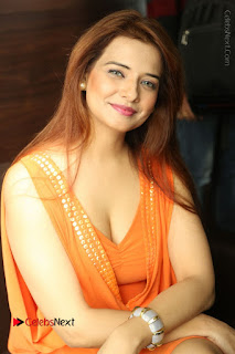 Actress Saloni Aswani Pos in Short Dress at Meelo Evaru Koteeswarudu Movie Interview  0051.JPG