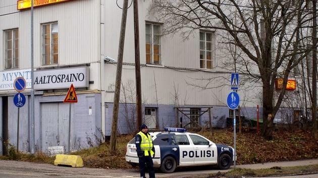 Klev in pa polisstation med pistol