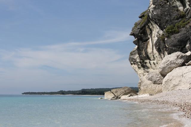 pantai kolbano dengan batuan warna warni