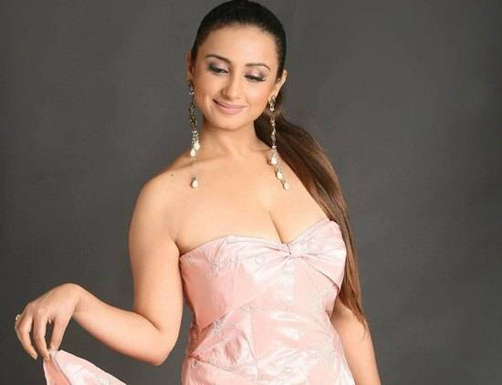PHOTO COLLECTION: DIVYA DUTTA EXPOSING HER HOT CLEAVAGE