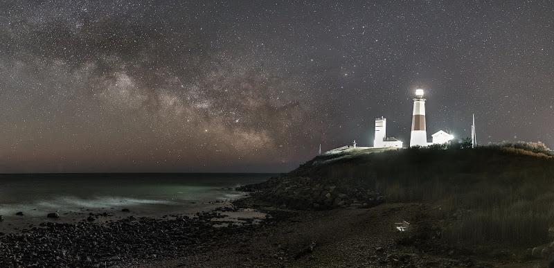 Cứ mỗi năm vào giữa tháng 2, dải Ngân Hà lại dần xuất hiện và mọc cao trên bầu trời bán cầu bắc sau thời gian bốn tháng ẩn trốn dưới đường chân trời. Nhiếp ảnh gia thiên văn Chirag Upreti chụp được khung cảnh ấn tượng này cho thấy dải Ngân Hà trên bầu trời ngọn hải đăng Montauk Point, một di tích lịch sử cấp quốc gia ở mũi Long Island, đông nam New York, vào ngày 18 tháng 2 vừa qua. Hình ảnh: Chirag Upreti.