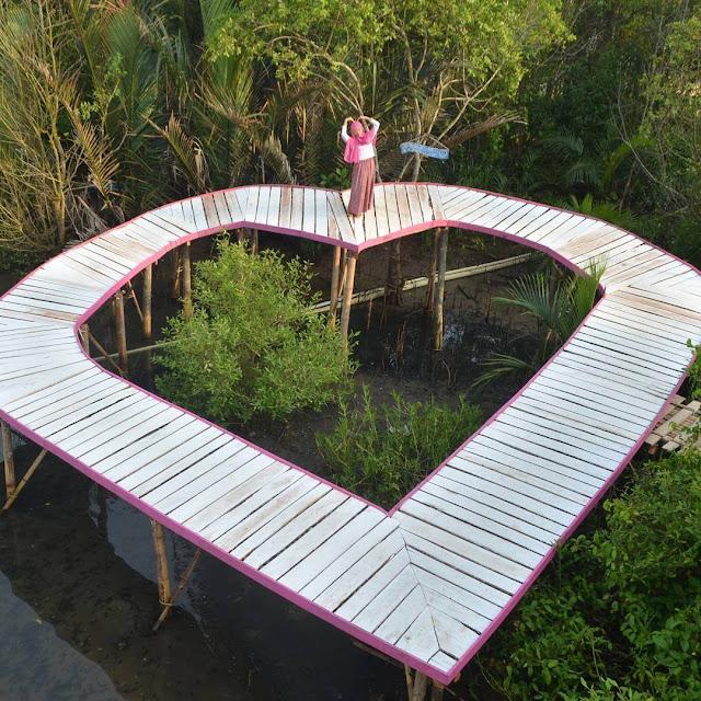 foto jembatan bentuk hati di hutan mangrove kulon progo jogja