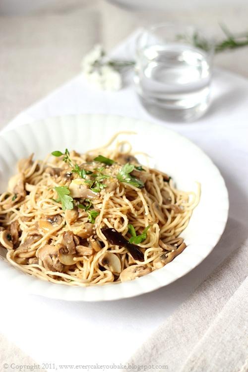 makaron noodles z grzybami i dressingiem cytrynowo-imbirowym