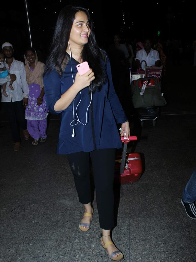 Anushka Shetty Real Face Without Makeup At Mumbai Airport