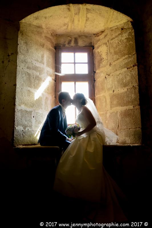photo bisous des mariés contre jour dans chateau la grève st martin des noyers