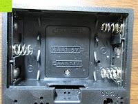 Batteriefach: kwmobile Wecker Digital Uhr aus Holz mit Geräuschaktivierung, Temperaturanzeige und Tastaktivierung