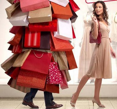 Resultado de imagem para mulher com muitas roupas