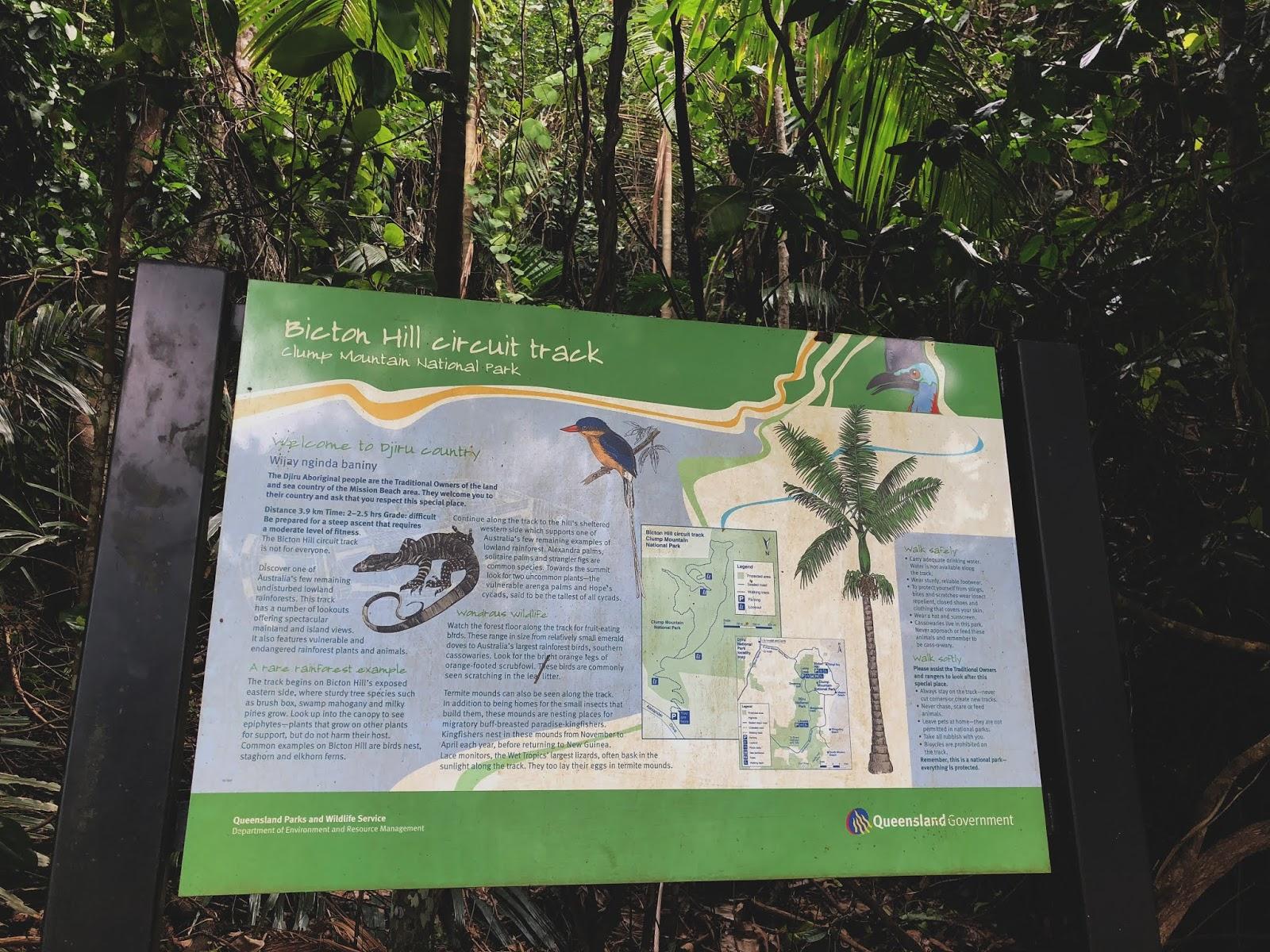 Tablica informacyjna w australijskim miasteczku Mission Beach przed ścieżką do punktu widokowego.