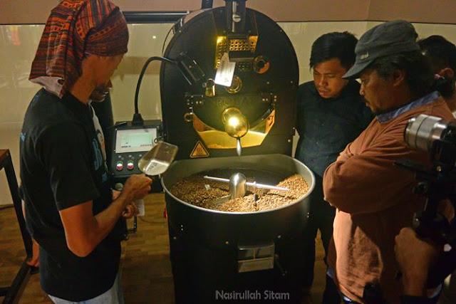 Melihat secara langsung proses roasting biji kopi di AF Coffee