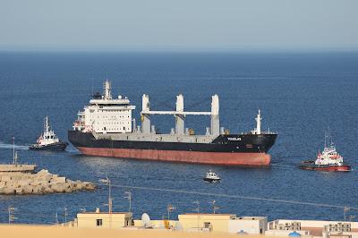 Barco entrando en el puerto de Garrucha a cargar yeso