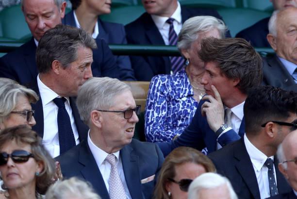 Hugh Grant e Eddie Redmayne durante a final de Wimbledon | Ordem da Fênix Brasileira