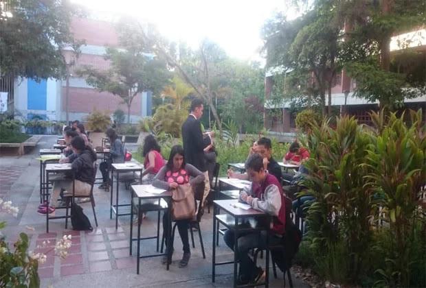 Estudiantes de la ULA presentan examen en el patio por robo de cableado