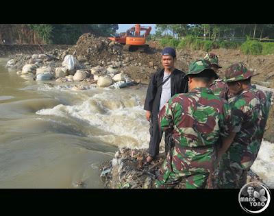 TNI hadir di pembuatan tanggul sementara Bendungan Leuwinangka