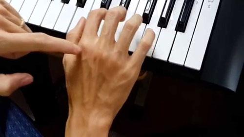 tư thế tay chơi đàn trên piano như thế nào là đúng chuẩn