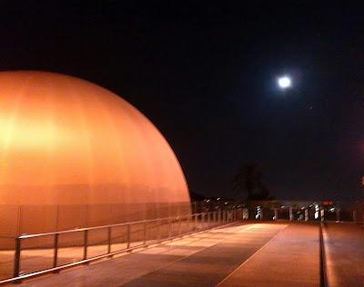 Planetario desde el Parque de la Ciencia en Cosmocaixa