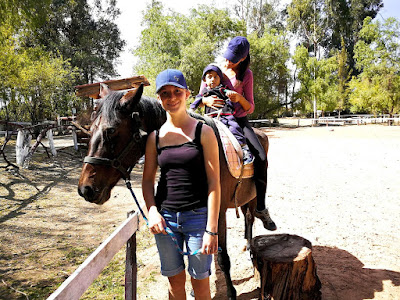 Ana Elisa trabajando la movilidad con Mateo y su nueva amiga alemana