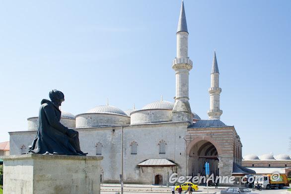 Eski Cami ve cami yanındaki Mimar Sinan heykeli, Edirne