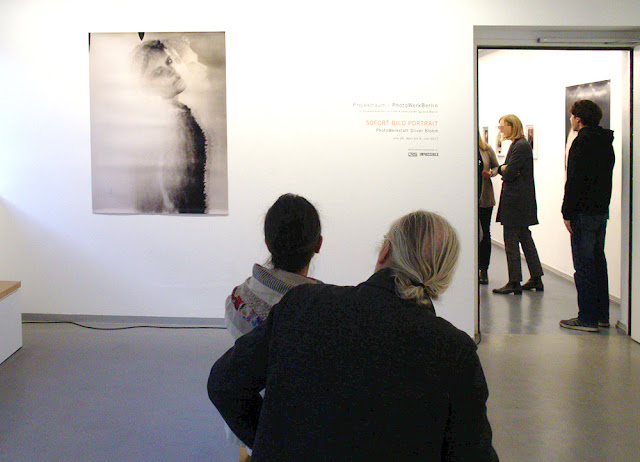 Raum mit Menschen und Foto