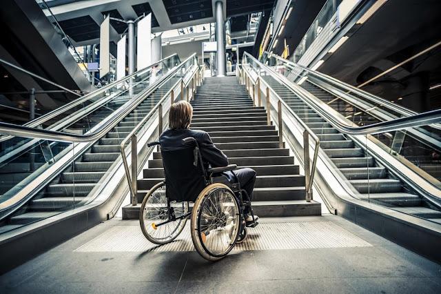pengguna kursi roda wheelchair berhadapan dengan tangga
