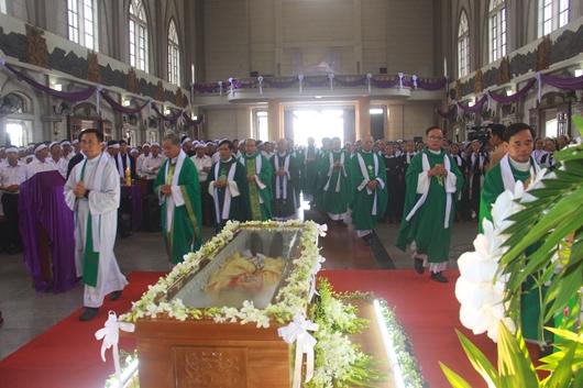 Ngày thứ Ba: Kính viếng và cầu nguyện cho Đức cha Phanxicô Xaviê Nguyễn Văn Sang - Ảnh minh hoạ 12