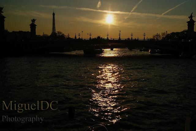 atardecer en el Río Sena, con la Torre Eiffel