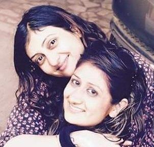 Foto Juhi Parmar dengan adiknya Hina Parmar