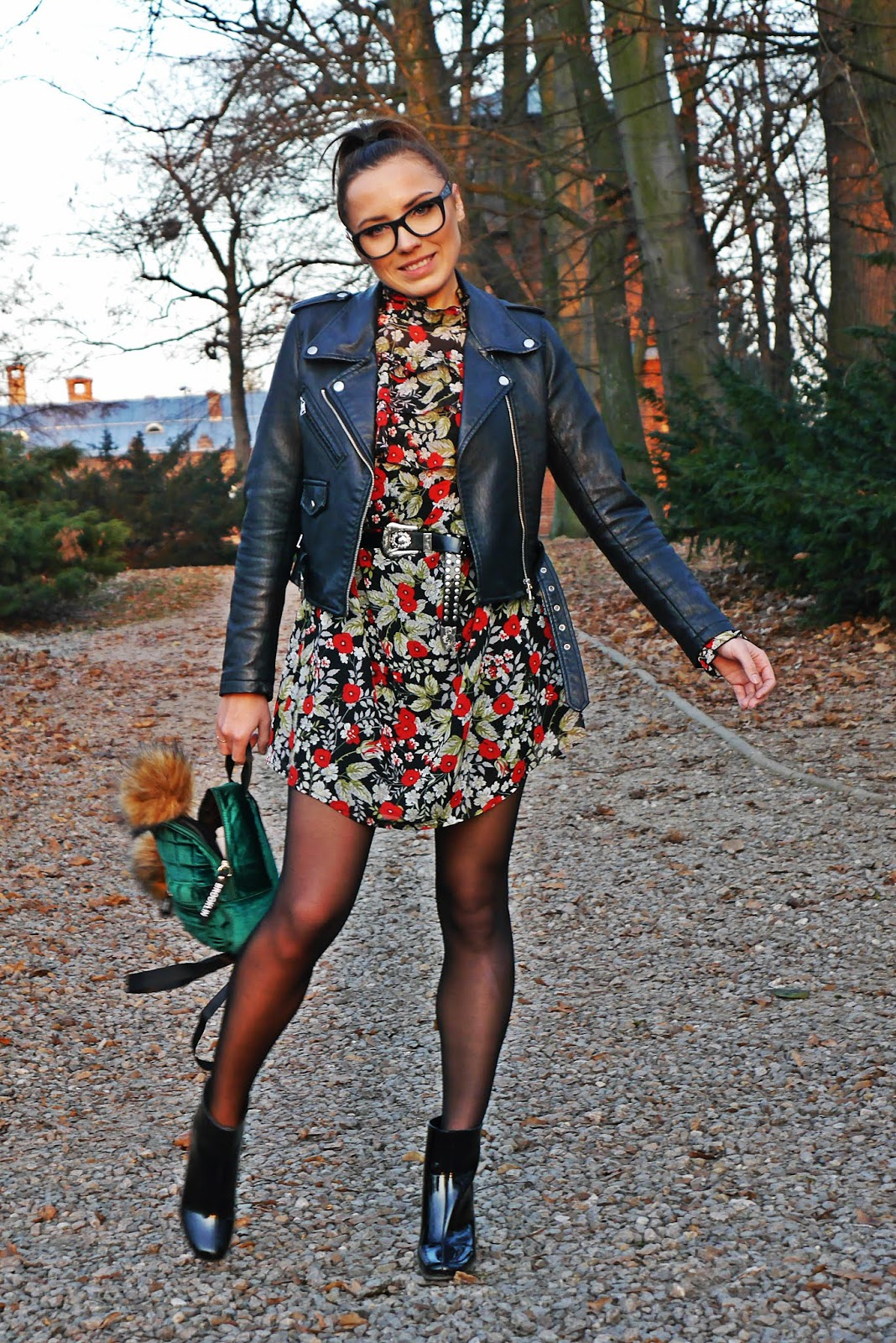 sukienka w kwiaty lakierowane botki bonprix czarna ramoneska karyn blog modowy blogerka modowa ciekawy blog o modzie floral dress outfit black shiny boots green backpack
